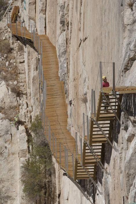 Caminito del Rey Situado entre las localidades de Álora y Ardales (provincia de Málaga), el Caminito del Rey es una senda peatonal de tres kilómetros de recorrido construida en las paredes del Desfiladero de los Gaitanes.
