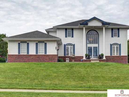 #UpNest partner agent Stevens Real Estate Omaha competed with 4 other top local agents and won the listing. This stunning 5 bed/5 bath 4,060 sq ft home in Bellevue, Nebraska just listed for $395,000
