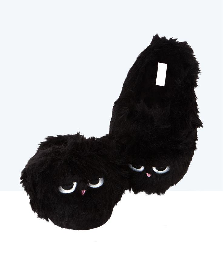Craquez pour ces petites créatures poilues qui se jettent à vos pieds! Des chaussons mules ultra confortables et surtout très mignons.   • Chaussons mules  • Fausse fourrure  • Yeux