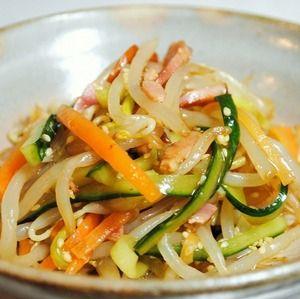 もやしと野菜のシャキシャキした食感にベーコンが旨みをプラス。ごま油が香ばしい♪