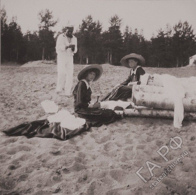 Grand Duchesses Tatiana and Olga Nikolaevna of Russia in the summer of 1912.
