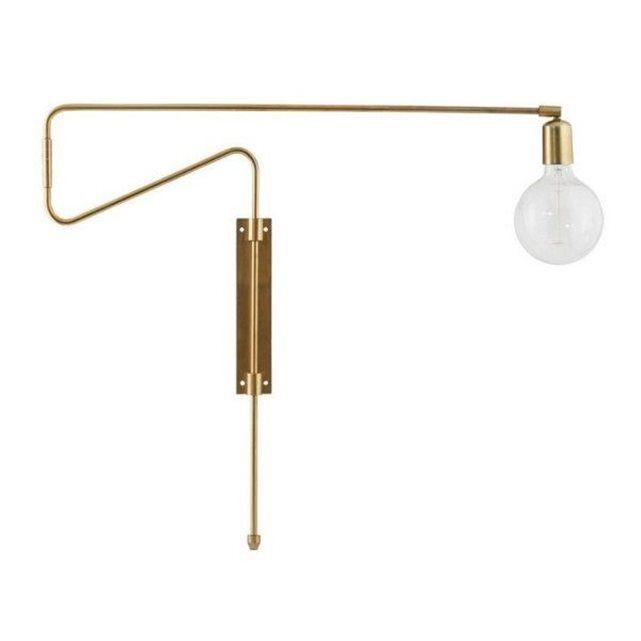 l'applique Swing Laiton de House Doctor est pivotante sur son support mural et possède un grand bras articulé de 70 cm de long. Vous pouvez la plaquer contre un mur ou plus ou moins la déployer pour éclairer les endroits choisis. Une belle ambiance changeante avec cette lampe orientable au grès des envies. Equipez votre lampe Swing avec une grosse ampoule ronde pour un super look design !? - Couleur : Laiton - Dimensions : Bras orientable 70 cm - Contenu : Livré avec un câble électrique de…