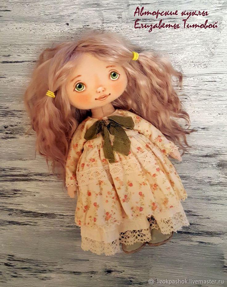 В этом мастер-классе я расскажу, как сшить простое платье для куклы. Простое потому, что рукава в этом платье цельнокроеные и выкройка состоит всего из одной детали! То, что нужно для начинающих! Такие платья можно шить даже для маленьких кукол. У меня куколка ростом 19 см. Для работы понадобятся: Ткань для платья (у меня корейский хлопок), кружево, ленты, пуговки для отделки, тонкая шляпная…