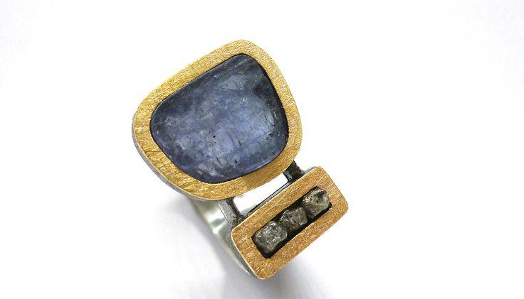 Anillo tanzanita en bruto con 3 diamantes en bruto en plata oxidada y oro
