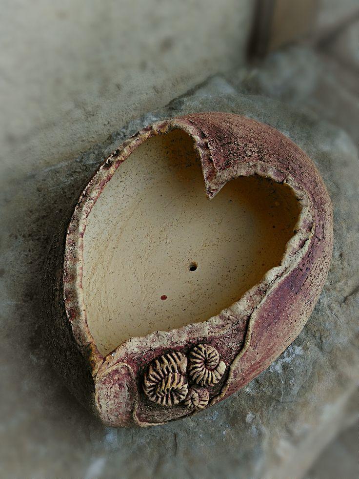 Jarní+srdcová+Přírodní+šamotová+žardyna+v+zemitých+barvách+a+tvaru+srdce.Možno+použít+na+osazení+netřesky+nebo+jako+zahradní+mísu+k+vašemu+vlastnímu+dodekorování.velikost+30/22/8+cm