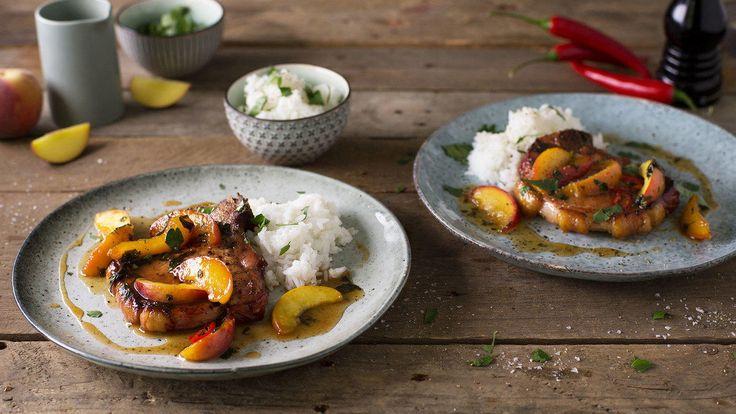 En frisk og deilig oppskrift på koteletter med nektarinsaus og ris. Her kan du gjerne bruke fersken eller pære istedenfor nektarin. Sommerkoteletter, nakkekoteletter og lammekoteletter kan også brukes.