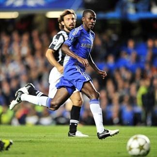Ramirez y Pirlo en el juego Chelsea vs Juventus.