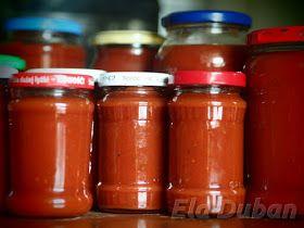 Czegoś takiego jeszcze nie miałam. Pomidory porozkładane w całej kuchni czekają na swoją kolej. Codziennie robimy gigantyczne sałatki z pom...