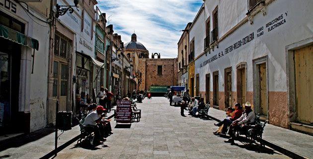 ¡Visitada! Se camina a gusto. A unas cuadras de la plaza principal se toma el camión ruta 7, uno verde, que lleva a la central. De la central se toma un Pullman que te deja en la central de Zacatecas. Calle peatonal en la ciudad de Jerez.