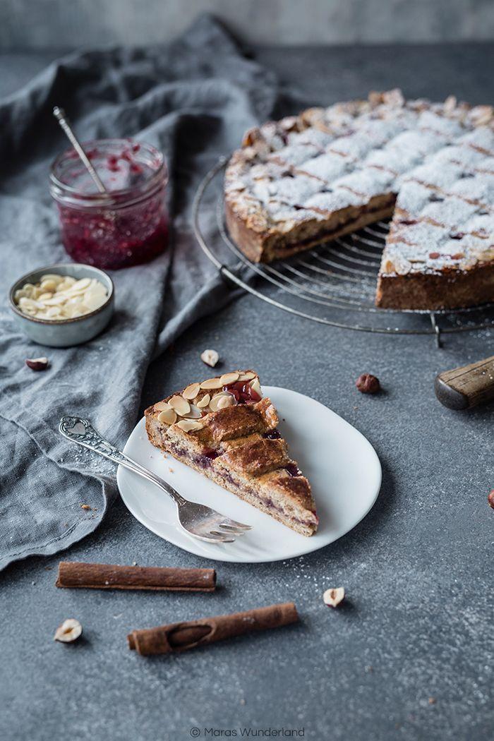 Rezept für den österreichischen Klassiker, die Linzer Torte. Mit Haselnüssen, Johannisbeermarmelade und ein bisschen Kirsch. Nicht nur zur Weihnachtszeit ein Muss.