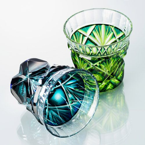 島津興業の【島津薩摩切子】冷酒杯 商品詳細ページです。二色被せクリスタルガラスの「冷酒杯」は蒼黄緑と瑠璃緑の二色をご用意。薩摩切子業界を牽引する島津興業の、伝統的工芸品「島津薩摩切子」の新作二色冷酒杯(グラス)です。