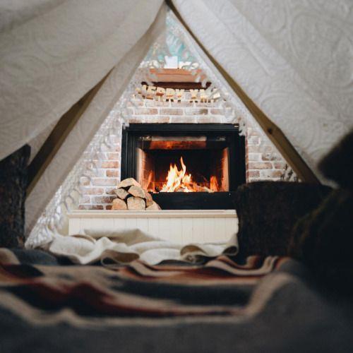 Dans le salon, non loin des parents, bien au chaud sous la cabane faite de couvertures les kids passeront une super soirée !