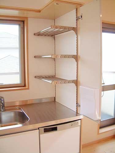 キッチンに棚柱を設置すればお鍋などを置くのにも便利♪シンク付近に水切り棚をつければ、洗い物をした後にそのまま載せて乾燥させることもできますね。ナチュラルな雰囲気の棚柱と板で食器棚を作成してもステキ!