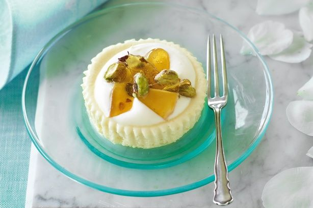 Cheesecakes with pistachio praline which add a sweet crunch to these light little cheesecakes. Prep time: 20 min. 12 ingredients, serves 6 people.