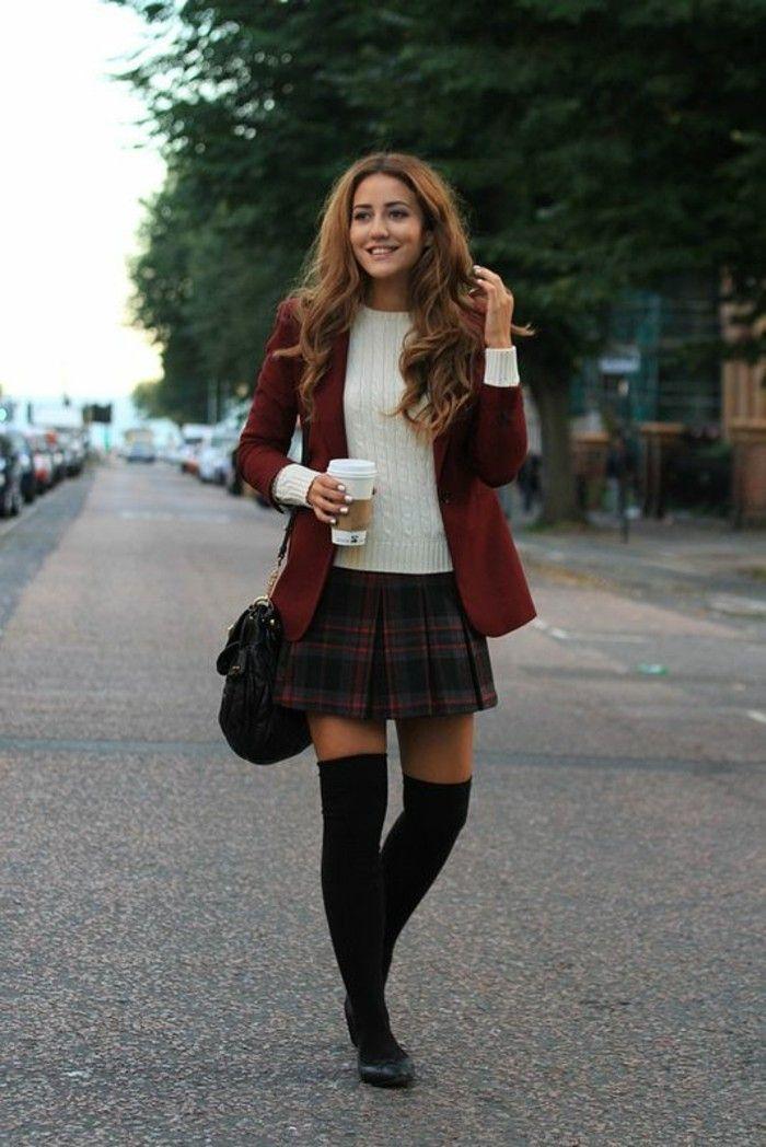 la façon classique de porter la chaussette haute noire, une jupe écossaise et une veste assortie