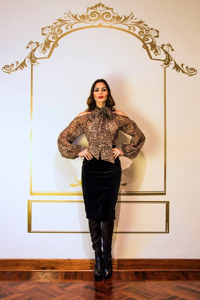 Blusa de amarre al cuello con estampado de animal print en organza. Falda de corte lápiz en terciopelo de seda. #moda #mode #fashion #style #women #luxury #gerardoprivat Info: atelier@gerardoprivat.com