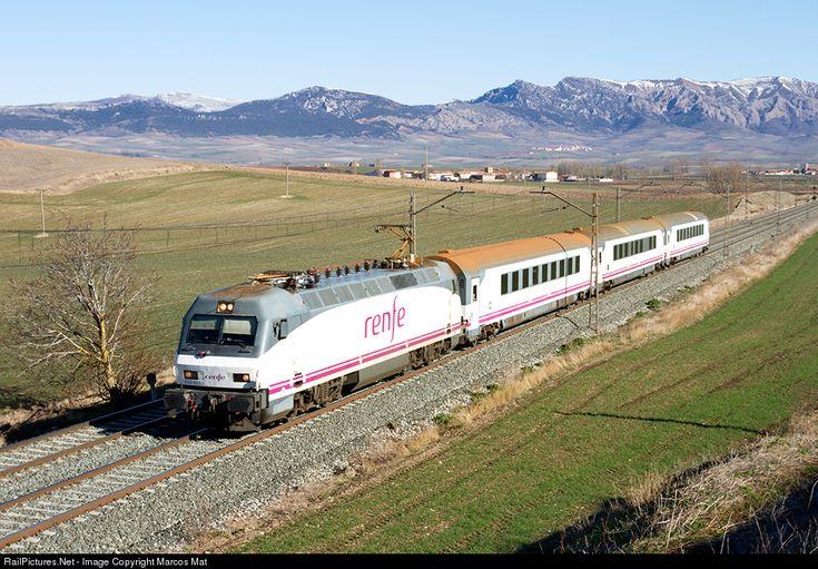 252.035 Renfe Siemens/Krauss Maffei Serie 252 at Calzada de Bureba (Burgos), Spain by Marcos Maté