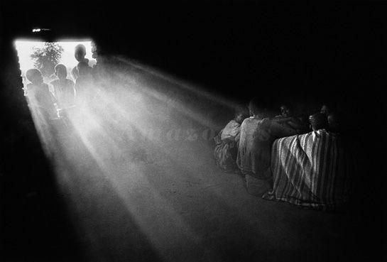 Sebastião Salgado.  Os garotos do Sudâo, para escapar ao recrutamento, fogem para o Quênia. Sudâo. 1993.