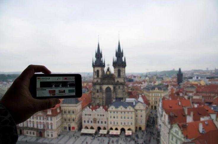 """Στην κεντρική πλατεία της Πράγας, στην Τσεχία βρέθηκε ο Κωνσταντίνος!  Πάνω από το """"αστρολογικό ρολόι"""" της πρωτέυουσας των Τσέχων ενημερώθηκε από το e-evros.gr και φυσικά μας έστειλε την αγάπη του!  We love you too Konstantinos!"""