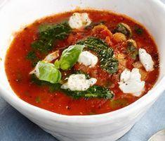 Denna tomatsoppa grundad på krossade tomater är värmande och mustig en kall höstdag. Pastan och mozzarellan gör den lite matigare. Krydda med basilika och oregano och servera med vitlöksbröd.