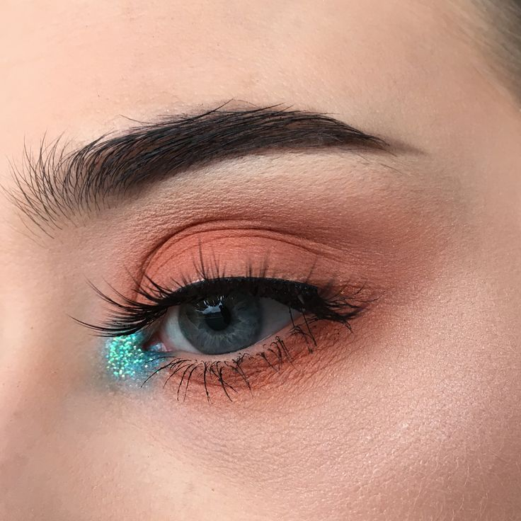 """345 Likes, 8 Comments - @chloeculv_makeup on Instagram: """"A hint of teal : @theaccidentalquiller. #eyebrows #brushes #makeuplife #realtechniquesbrushes…"""""""