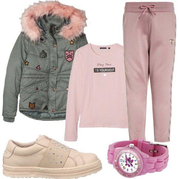 Bellissima giacca imbottita con applicazioni stile militare e cappuccio profilato con eco pelliccia rosa. Una t-shirt a manica lunga rosa chiaro e pantaloni morbidi sportivi. scarpe da ginnastica con elastico rosa e piccoli strass.