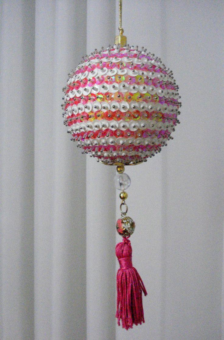 Pingente natalino confeccionado com bola de isopor e alfinetes, decorada com lantejoulas, pedrarias, cristais, miçangas, fitas e galões.