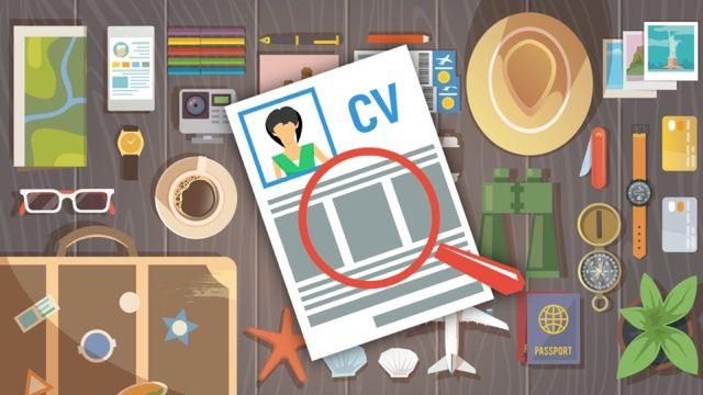 職歴がバラバラな人が「一貫性」をアピールする方法    履歴書の冒頭に「志望動機」の項目を置くのは良くない、というアドバイスはよく耳にしますし、一般的に言ってそれは当たっています。そこで、その位置に「技能」の項目を設けて、あなたの持っているスキルのうち、希望する仕事に適したものを強調するのはどうでしょうか。    別の選択肢としては、時系列に沿った履歴書ではなく、スキルに重点を置いた履歴書にするという方法があります。    ちょっと時間をかけて、これまでの職歴について広い視野から考えてみてください。共通点が見つかりませんか? どれも顧客サービスに関することだったとか、批判的思考と分析が必要だったとか、新しい技術の使用が求められたとか、クリエイティブな問題解決能力が鍛えられたとか。