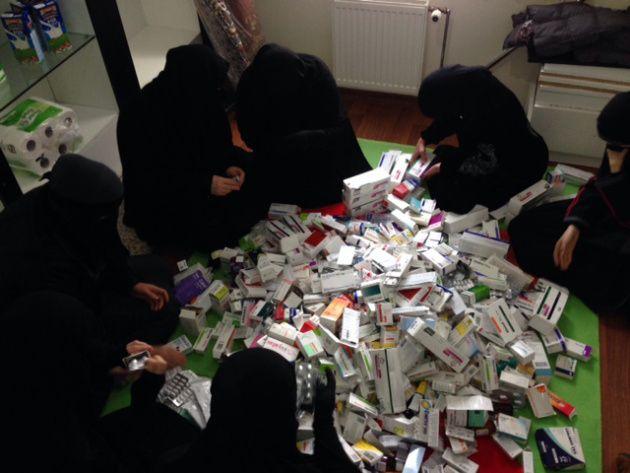 Witwen sammeln Medikamente für die Menschen in Syrien