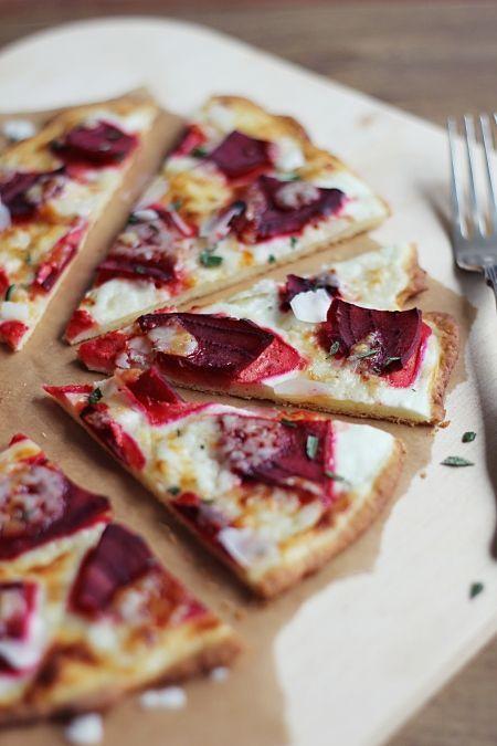 soooo lecker: Flammkuchen mit Rote Bete, Ziegenkäse, Honig und Rosmarin | gefunden auf eatbakelove.de
