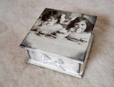 Dřevěná krabička tvořena technikou decoupage.   Slouží k dekoraci, jako šperkovnice, na malé poklady pro koholiv.  Rozměr: 15 x 15x 7cm