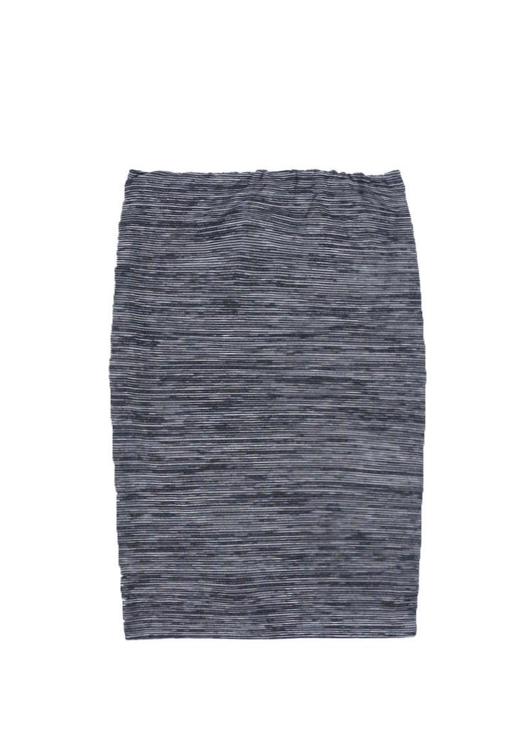 Sylver Creek Madness Moniek is een casual midi rok. De rok is zwart/wit gestreept, heeft een elastieken band en is een aangesloten model. Het rokje valt tot over de knie en is gemaakt van een stretch jersey.