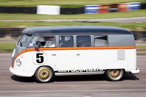 Bekanntermaßen ist Volkswagens Transporter T1 noch immer ein sehr beliebtes Fahrzeug, obwohl er schon 65 Jahre auf dem Buckel hat. Der Schweizer Fred Bernhard hat sechs Jahre lang an seinem Kleinbus gebastelt, um daraus das FB1 Race Taxi entstehen zu lasse