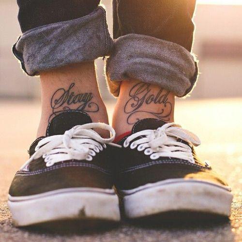 """Pequeños tatuajes en los tobillos que dicen """"Stay Gold"""", que traducido al castellano quieren decir algo así como """"Sigue igual de bien""""."""