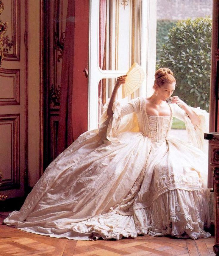 """""""Maravilloso vestido """"de corte"""", al estilo francés, que Sandy Powell diseña en color blanco, evitando los colores reales de la época, quizás en un intento de mostrarnos a un ser nuevo, con nuevo sexo, que comienza desde cero."""""""