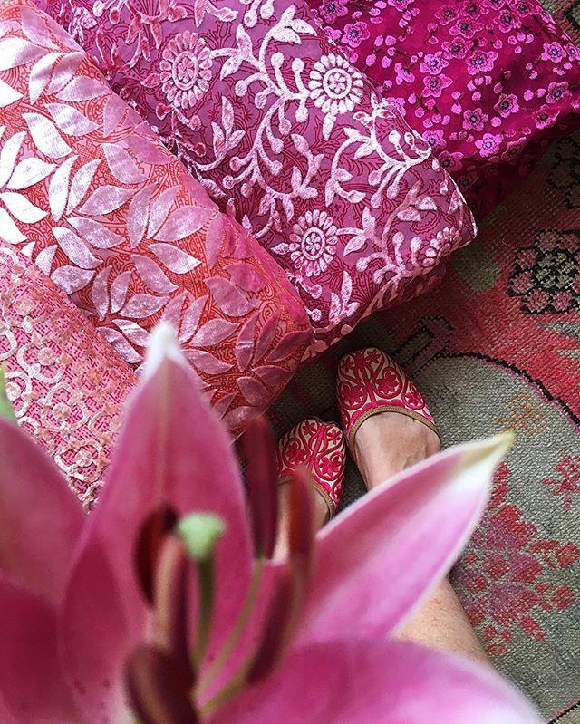 Nella mia immaginazione si muovevano già dei cappottini che diventeranno poi l'incontro perfetto tra il rigore giapponese e la sontuosità indiana. Leggeri, leggerissimi che infilati addosso racconteranno di incontri segreti da boudouir, di divani comodi su cui allungarsi, di stanze fresche e buie, di contrasti necessari. #newdelhi #indiamylove #indianfabrics #inpinkwetrust #pink #indianvibes #traveladdict #indianstory #day3 #pinkaddiction #traveldiary #travelling