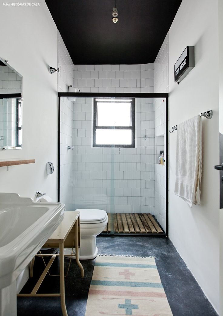 banheiro reformado, mas com carinha vintage. o piso é de cimento queimado, o teto foi pintado de preto e a cuba é de um modelo antigo