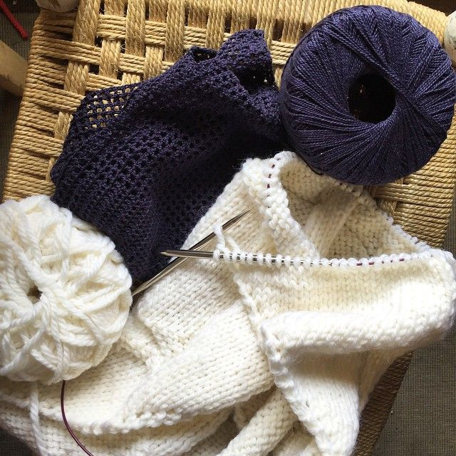 Estoy tejiendo el mismo patrón en punto y en ganchillo a la vez y no estoy loca... pero no garantizo que termine cuerda  #knitting #crocheting #cotton #wool Muy pronto os cuento para qué es, pero ya adelanto que será gratis y muy muy divertido #comingsoon #tejiendoatope #misteriomisterioso http://paseandohilos.blogspot.com.es