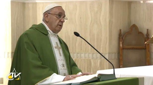 """Papa Francesco: """"Il momento è dell'uomo, il tempo è di Dio ed è Lui che lo illumina con la speranza"""""""