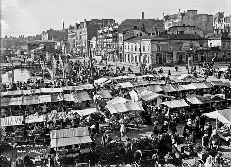 Torikauppaa Helsingin Kauppatorilla. Foto: Signe Brander, 1909.