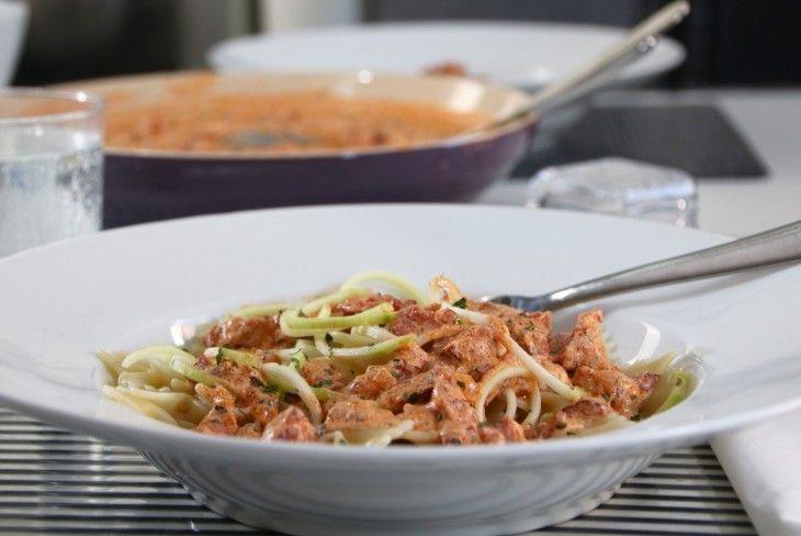 Pastarätt med sås på kabanosskorv, tomat, citron och gräddfil - jättegod twist på korvstroganoff.