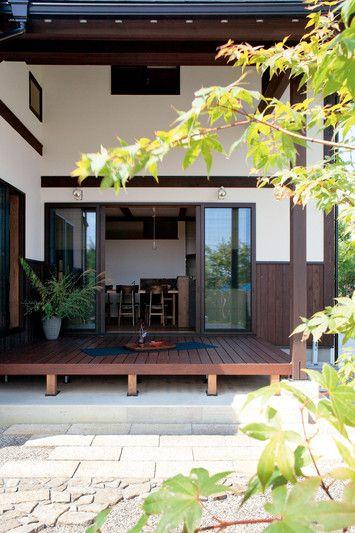 広いウッドデッキにはしっかりと屋根がかかっているので、多少の雨でもリビング感覚で気軽に使える。