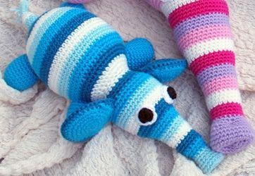 Den søde, stribede babyelefant er da slet ikke til at stå for! Du kan også hækle en stor elefant