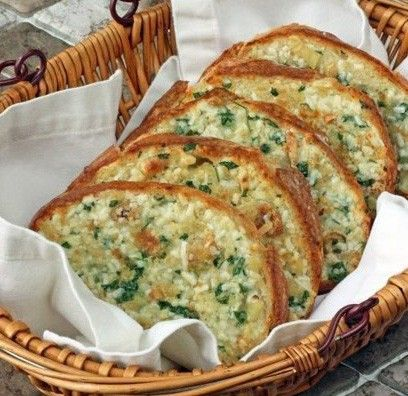 Vynikající, křupavý chlebíček s pečeným česnekem a sýrem.