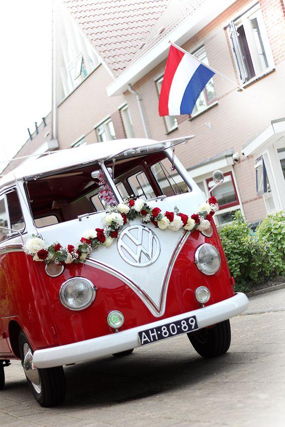 Wat een plaatje! Deze volkswagen bus met bloemenslinger! #bloemen #auto #VW #busje