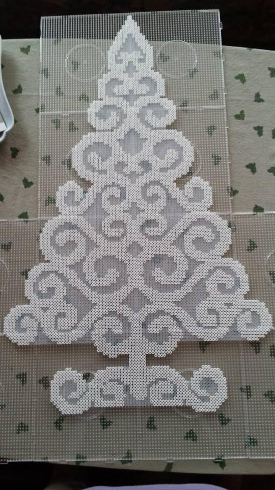 Christmas tree hama perler beads - Pattern: https://www.pinterest.com/pin/374291419010191356/