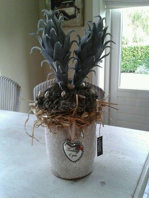 Brynxz-vaas met decoratie (kunstbloemen, decomos en hartjes) compleet voor €25,00.