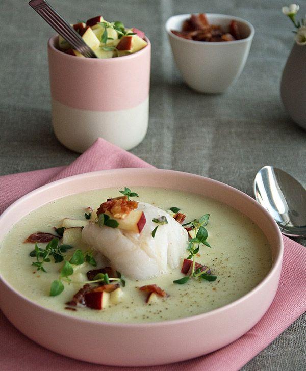 Opskrift på cremet og fyldig jordskokkesuppe med mild ovnbagt torsk, æbletern, saltet og sprød bacon. En virkelig smagfuld suppe