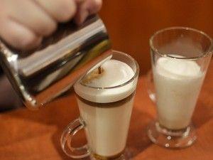 latte, latte frappe, latte włoskie, frappe, coffe latte, latte przygotowanie