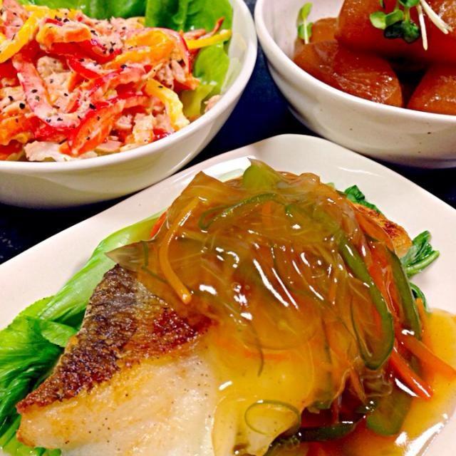 タラ…タラを焼いてピーマン•玉ねぎ•人参の野菜であんかけに。青梗菜を添えて 大根…普通の煮物 パプリカ…お気に入りのサラダ 久々の和食♡ いただきます 2013.11.08(金)夕飯 - 340件のもぐもぐ - タラの野菜あんかけ・大根の煮物・パプリカとツナのサラダ by masumi0706